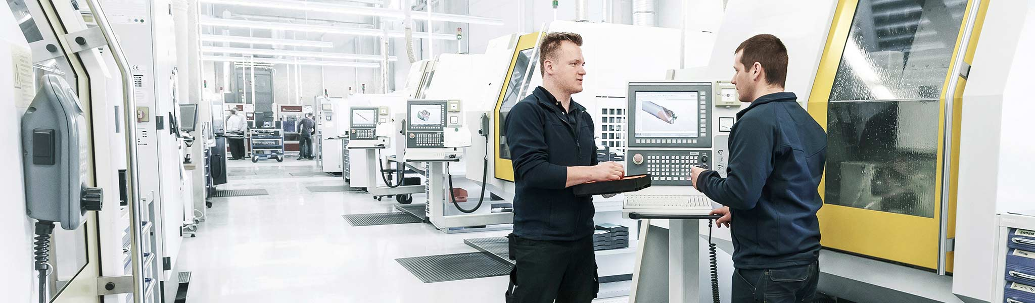 Two MAPAL employees in production at the Altenstadt centre of competence.